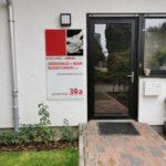 Fassadenschild / Firmenschild an einer Hauswand