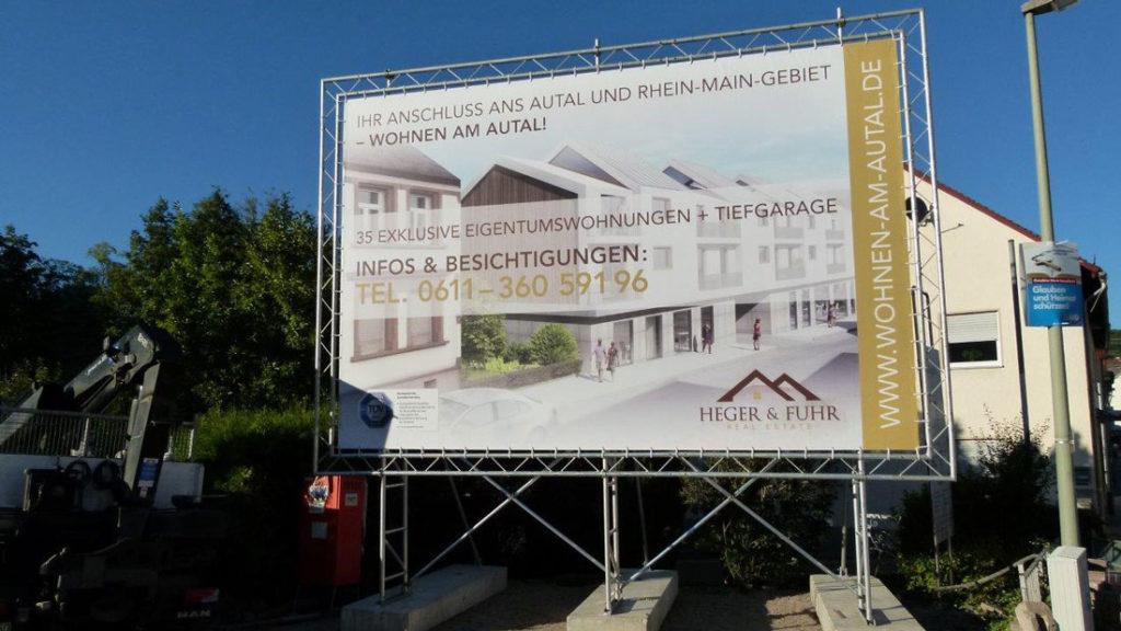 Bauschild für einen Immobilienmakler in Niedernhausen inkl. Druck und Aufstellung