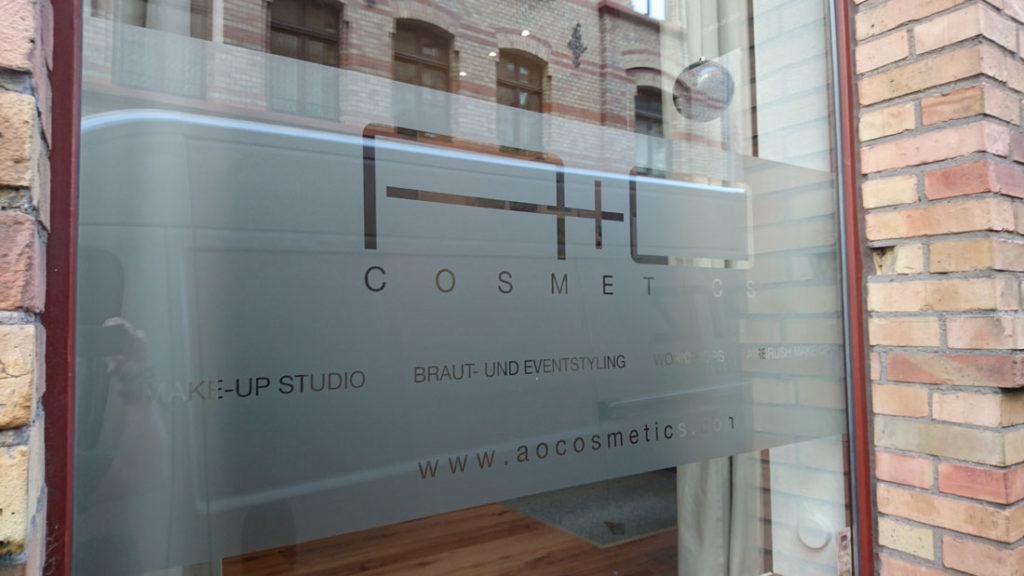 Fensterfolie als Sichtschutzfolie oder Beschriftungsfolie für ein Kosmetikstudio in Wiesbaden