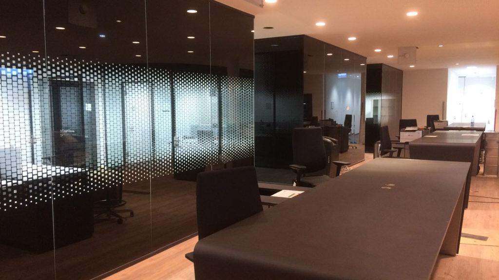 Folienplot für Glaswände bei Mercedes Autohaus in Darmstadt