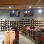 Leinwände als Dekoration in einem Weingeschäft