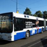 Blau-Weiße Fahrzeugfolierung auf Bus
