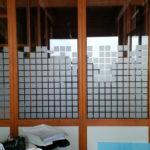 Sichtschutzfolie bestehend aus vielen kleinen Quadraten