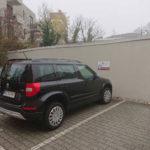 Parkplatzschild an der Wand in Mainz