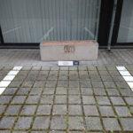 Parkbegrenzung montiert an Pflastersteinen in Frankfurt