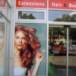 Schaufensterbeschriftung für einen Friseur