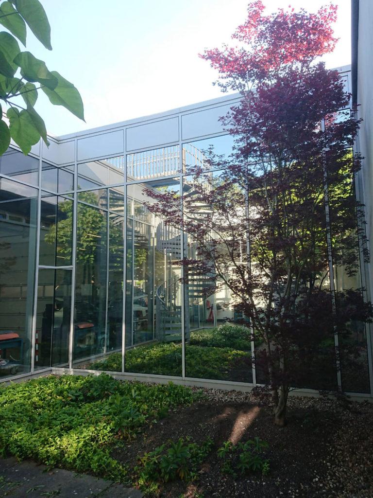 Sonnenschutzfolie an einer Glasfassade