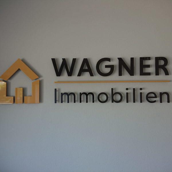 3D Buchstaben an der Wand im Büro von Wagner Immobilien