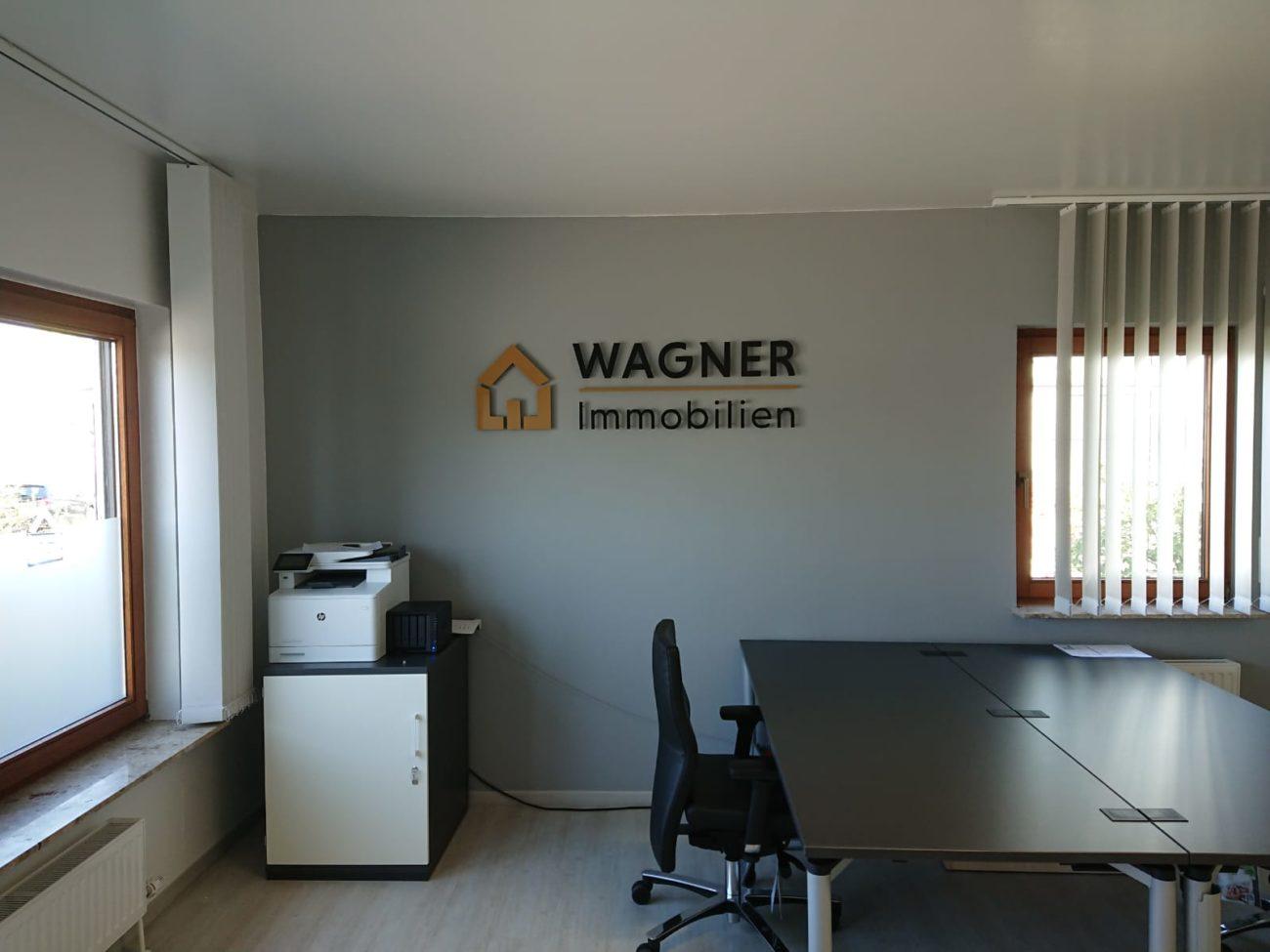lackierte 3d buchstaben aus Acryl an der Wand in einem Büro in Mainz
