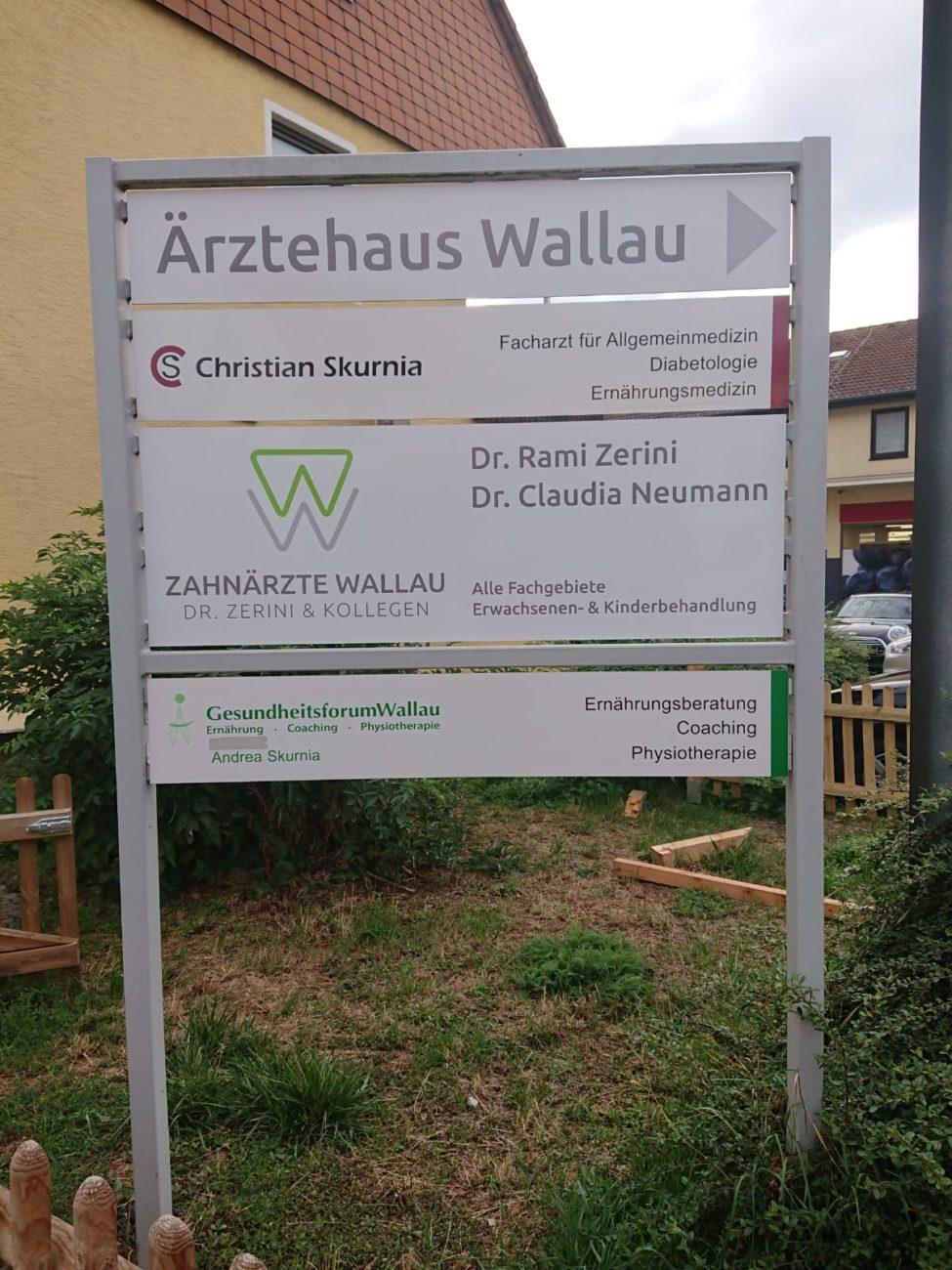 Freistehendes Schild als Wegweiser in Wallau