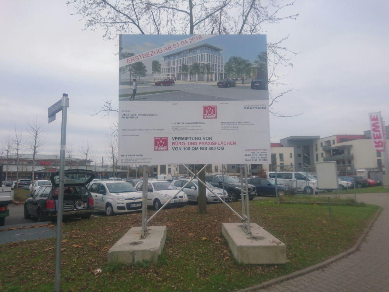 Bauschild für Meyer an einem Parkplatz