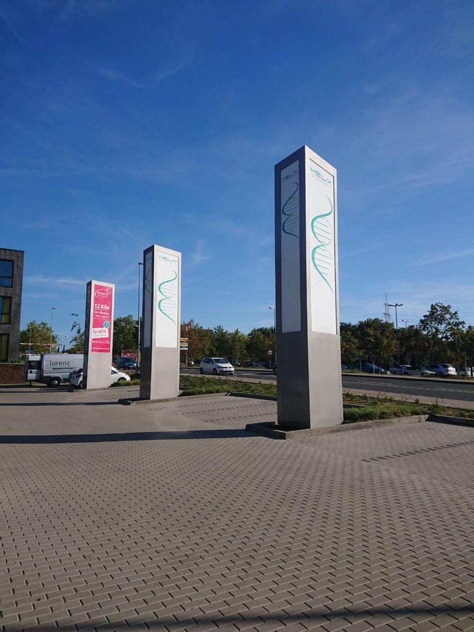 Werbepylone im HELIX in Mainz