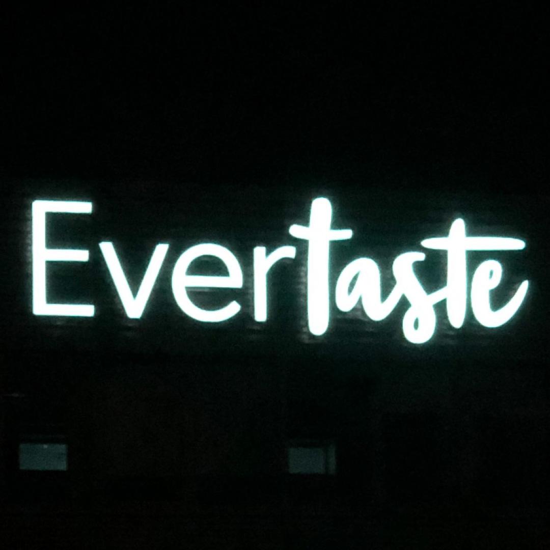 Leuchtwerbung für Evertaste bei Nacht
