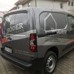 Fahrzeugbeschriftung auf einem Kleintransporter